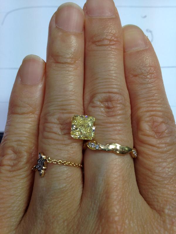 The same 2.53 carat intense yellow diamond on my finger. Look at the size of it! 左の写真の石(上の写真の右側)を私の指の上に乗せました。大きい!