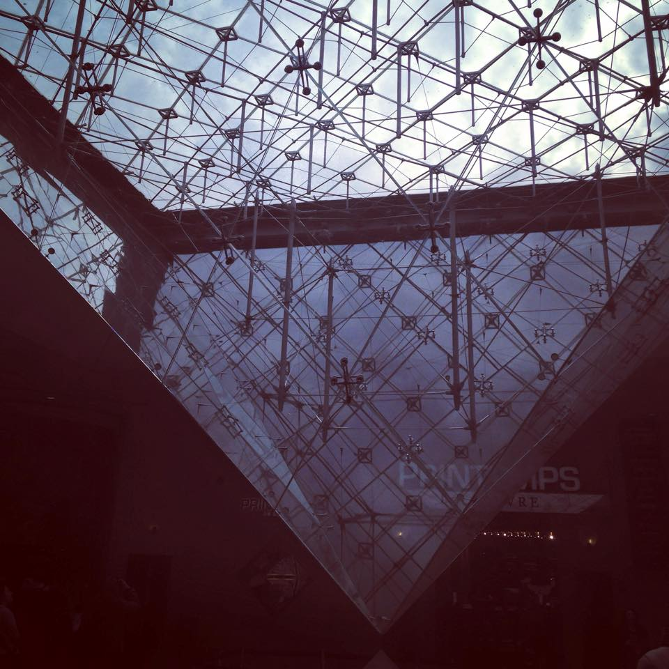 The famous inverted pyramid at Louvre Museum   ルーブル美術館前の逆ピラミッド