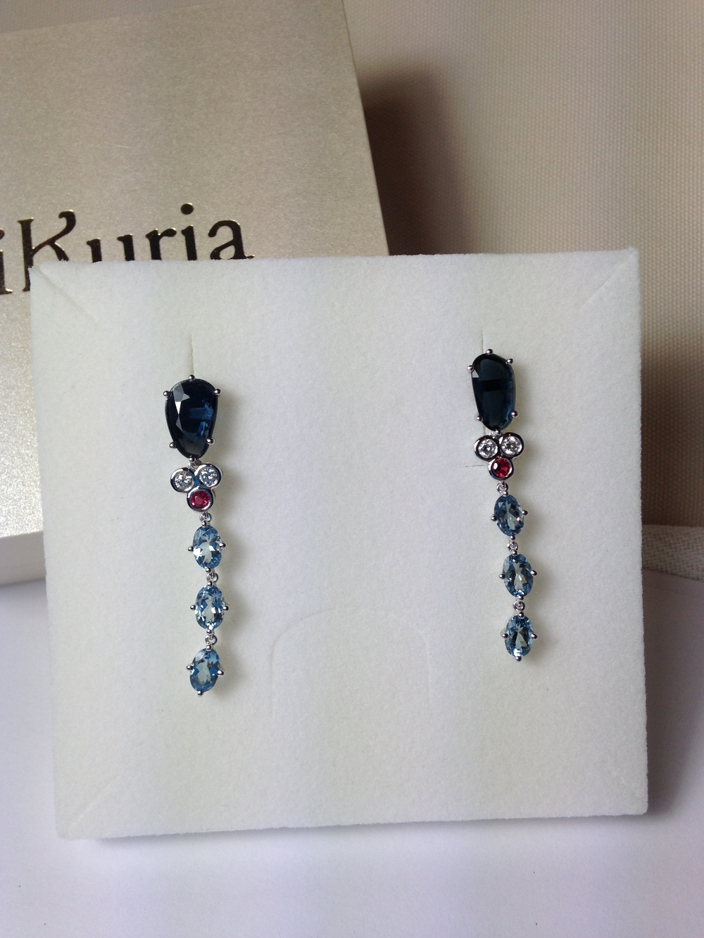 Earrings with rare blue spinel (dark blue), diamond, pink spinel and aquamarine. 18k white gold.   完成したピアス  「オアシス」。希少なブルースピネル(濃い青)、ダイヤモンド、ピンクスピネル、アクアマリン。地金は 18 金ホワイトゴールド。