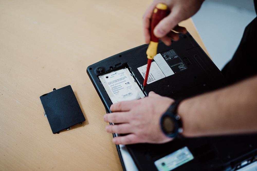 Når man har fjernet lokket sitter harddisken svært tilgjengelig og man kan enten vippe den ut eller skru den ut med den samme skrutrekkeren man benyttet for å åpne maskinen.
