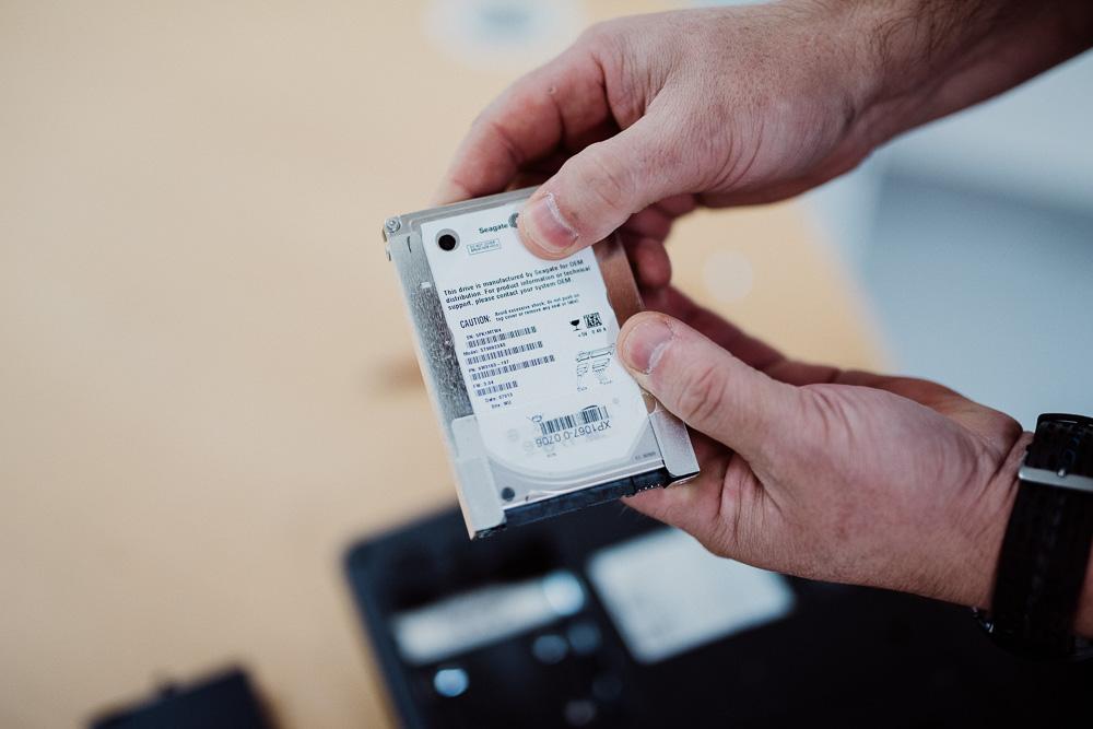 Slik ser en typisk harddisk ut i en bærbar maskin. En harddisk i en stasjonær maskin ser lik ut, men er ofte større rent fysisk.