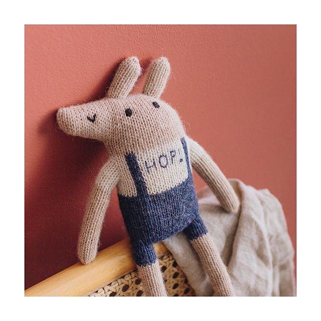 Le saviez-vous? Notre doudou imaginé en collaboration avec @mainsauvage est tricoté en 100% laine de baby alpaga, une fibre naturelle renouvelable, hautement écologique ! 🌱 Une pur merveille de douceur que bébé n'aura pas honte de garder en grandissant, et certainement beaucoup de plaisir à retrouver à l'âge adulte ! 🤗 En bref, c'est le cadeau de naissance parfait 😉❤️ // Doudou de nouveau disponible sur notre site 👉🏻 www.joey.paris // . . . #ethicallymade #madeinsavoirfaire #doudou #softtoy 📸 @aude_lemaitre