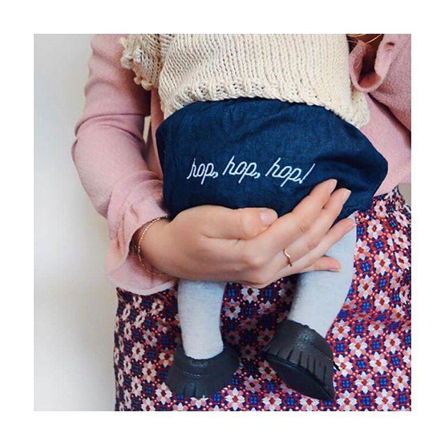 Hop hop hop, une nouvelle semaine qui commence ! Et un programme chargé par ici 👉🏻 nos petits essentiels été débarquent sur le site cette semaine (je vous tiens au courant du jour exact très vite...en fonction de comment j'arrive à avancer 😅) Belle semaine à vous tous ! Lucie . . . 📸 @amoureusement_toi 😍😍 #bloomer #hophophoporginaldenimbloomer #bloomerenjean #essentielsbebe #madeinsavoirfaire