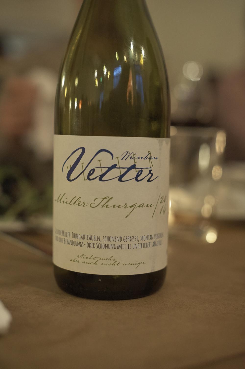 STEFAN VETTER, MÜLLER-THURGAU OHNE SO2 2014 FRANKEN H&V: «Obacht! Diese Flasche wird schneller leer sein als Dir lieb ist»