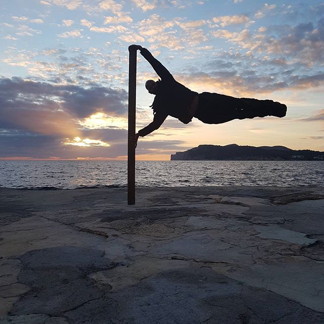 What a better way to end a short break away than with a cheeky little human flag against that beautiful sunset! Yup that was nice.  #mallorca #costadelapalma #humanflag #calisthenics #holiday