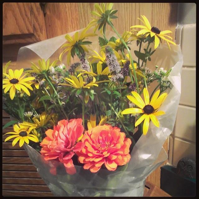 Some garden cut flowers from moodna shanti.  #moodnashanti #flowers #garden  #bouquet #blackeyedsusan #mint #zinnia
