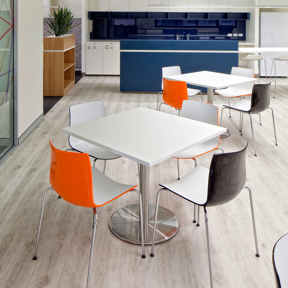 Stylus Disc Base tables with Neo chairs