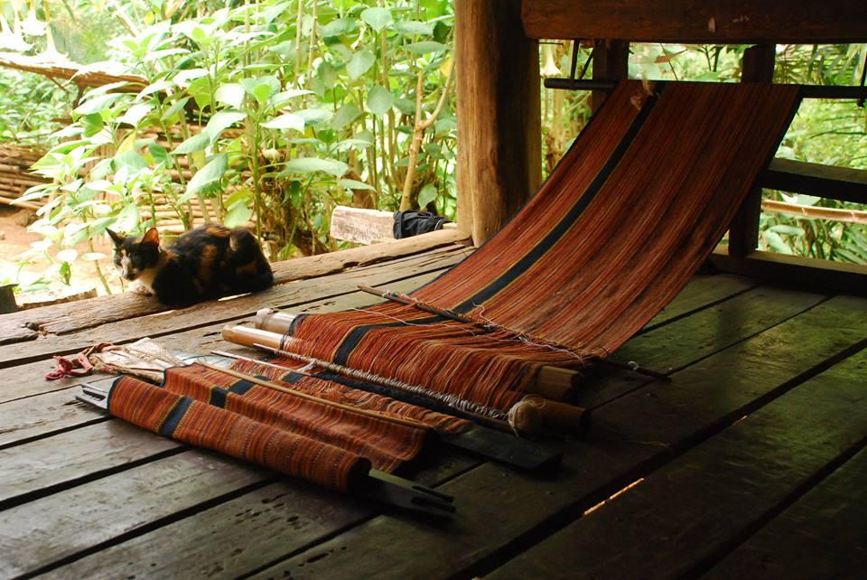 泰緬邊境克倫族婦女親手捻線、染色、編織的手織布。(圖 /王詩菱)