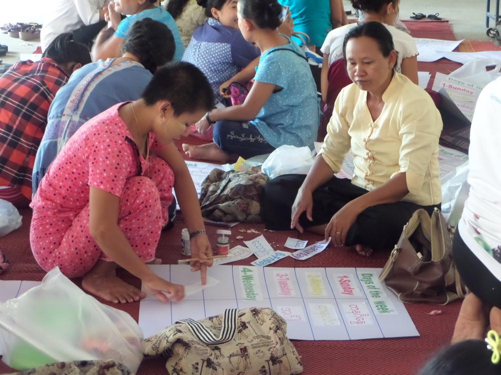 Zar Zar Chit 老師在工作坊中練習製作教學大字報。