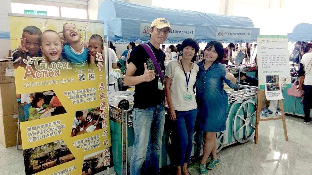 (左起)Glocal Action 賴樹盛秘書長、王詩菱企畫經理、志工 Paula 一起在 101 一樓信義大廳「愛.市集」義賣來自泰緬邊境的 Chimmuwa 手織品。