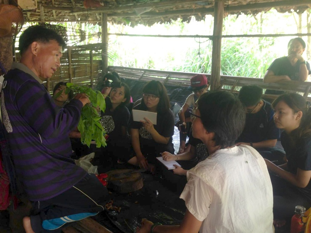 當地克倫族工作夥伴巴松(圖左)正在解說傳統草藥知識,並由 Glocal Action 協會顧問林良恕女士協助翻譯。