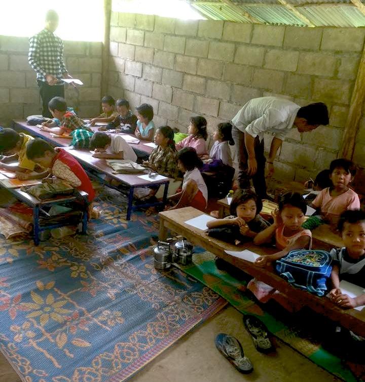 Eh Ta Gay 老師(右)與Tar Ka Paw 老師(左),和綠水小學的學童們。