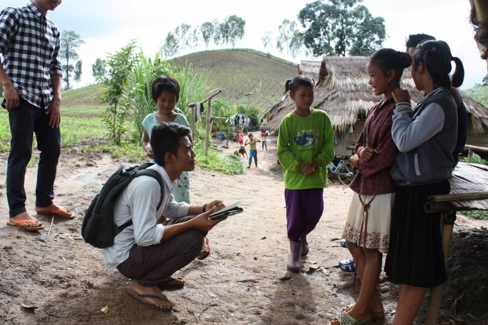 Eh Ta Gay 老師與Tar Ka Paw 老師跟隨著孩子們的腳步,到移工聚落進行家訪。