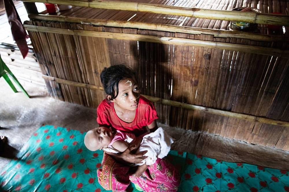這位女孩年僅 10 歲,有了工作能力,便再也沒有踏入學校;最近的工作,是在泰國地主的玉米田中播種。校長告訴我們,因為孩子們的身體比常年勞動的移工大人矯健靈活、也較不容易疲累,有些僱主甚至是以高於成人的日薪雇用童工下田工作的。也有不少孩子,因為要照料家裡年紀更小的弟妹而無法上學。(攝影/吳逸驊)