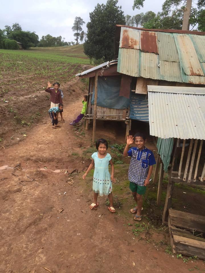 位於泰緬邊境田野間的緬甸移工聚落,是綠水小學孩童的生活所在。