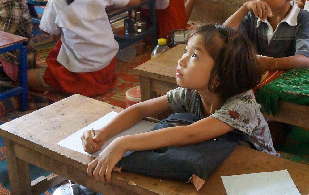 泰緬邊境緬甸移工學校的教室中,孩子們正在專心上課。(圖/劉雅玲)
