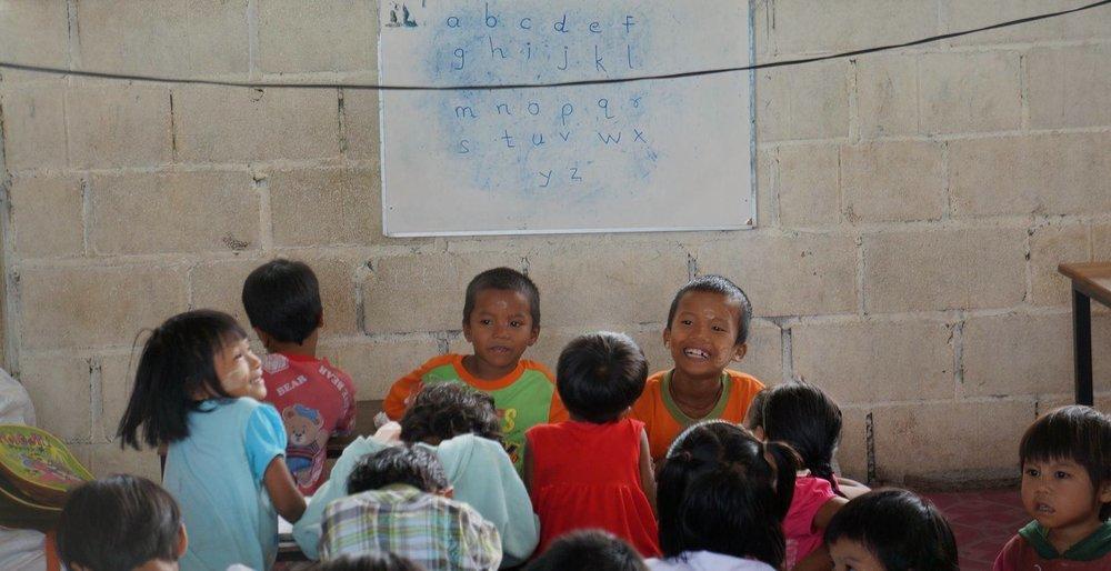 緬甸移工孩童,在學校裡開心學習。(圖/劉雅玲)