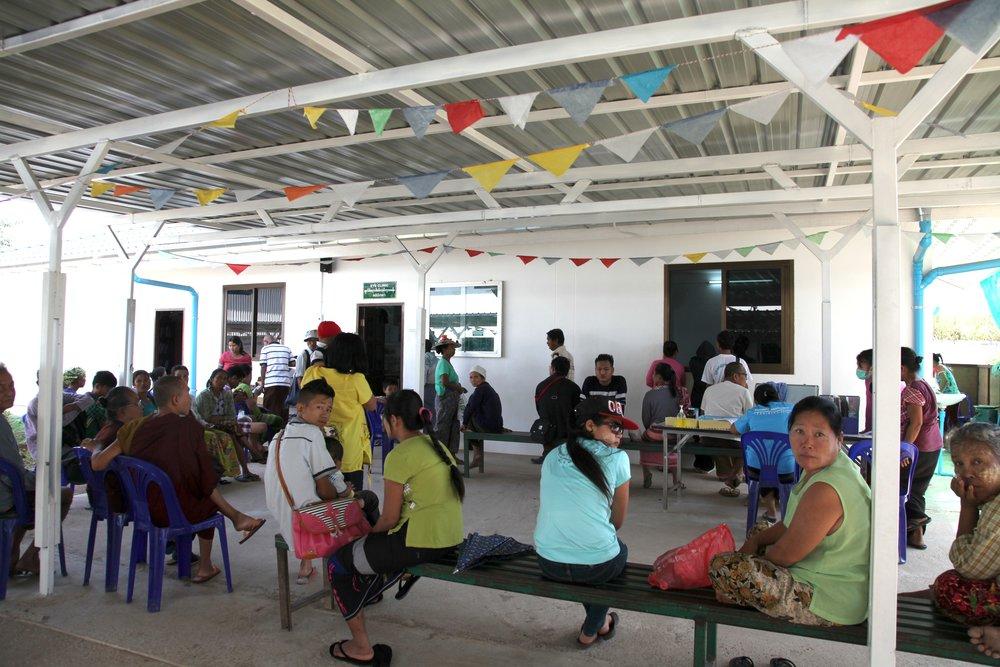 2017 年 1 月我們到訪的當天,因為有眼科醫師不定期前來駐點義診,大批的緬甸人在眼科部門外排隊等待眼科手術。因為長時間在豔陽下從事農務工作,許多緬甸移工都患有白內障,或是因工作導致受傷。
