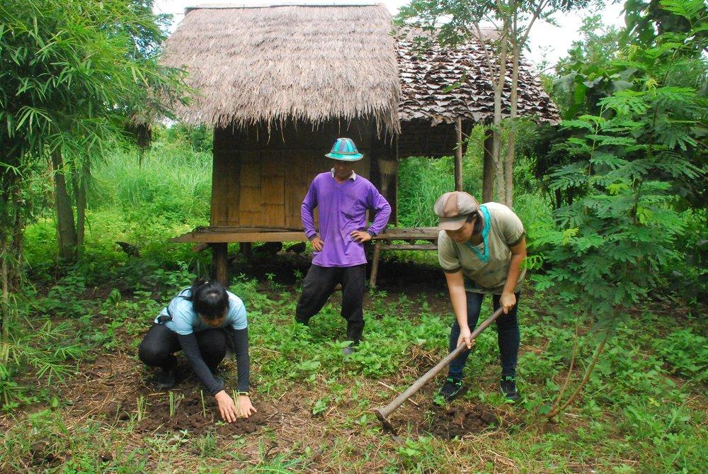 克倫族 Nelson 先生擔任農場管理員,用心灌溉著農場的一切。(攝影/王詩菱)