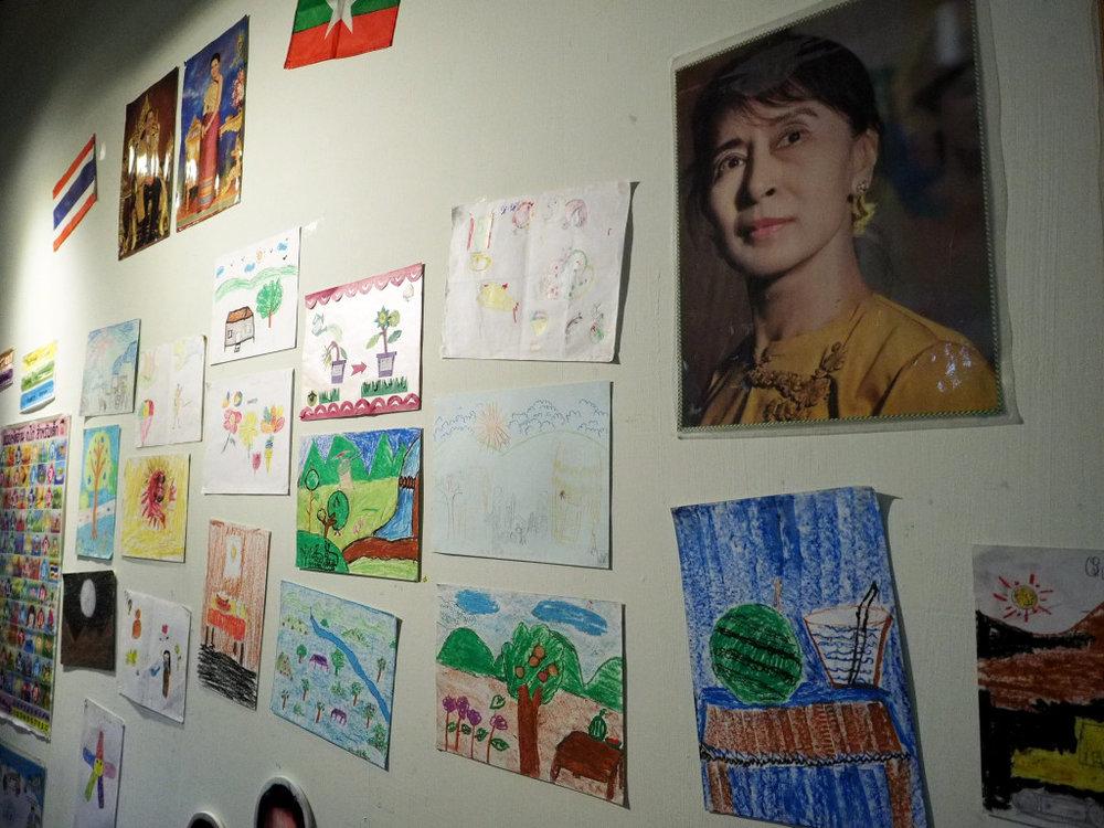 展覽現場也展出當地孩童的畫作,目前正在推廣藝術教育。圖/張家銘