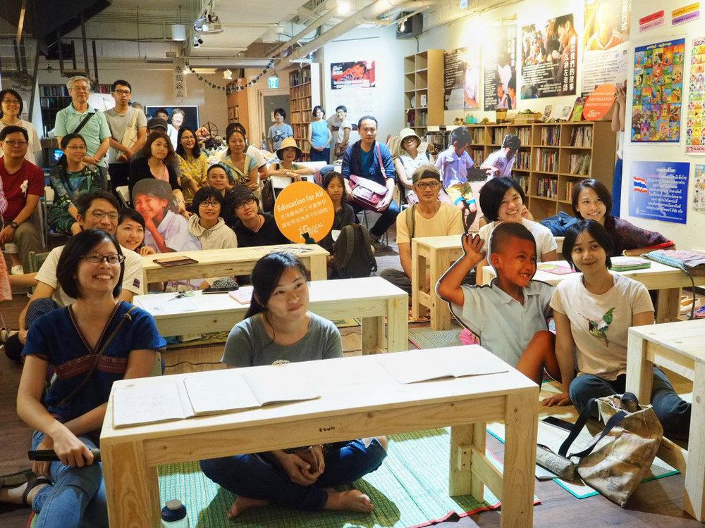 慕哲咖啡地下室的「走進 邊境教室 泰緬移工兒童教育展」重現邊境教室的實景。圖/張家銘