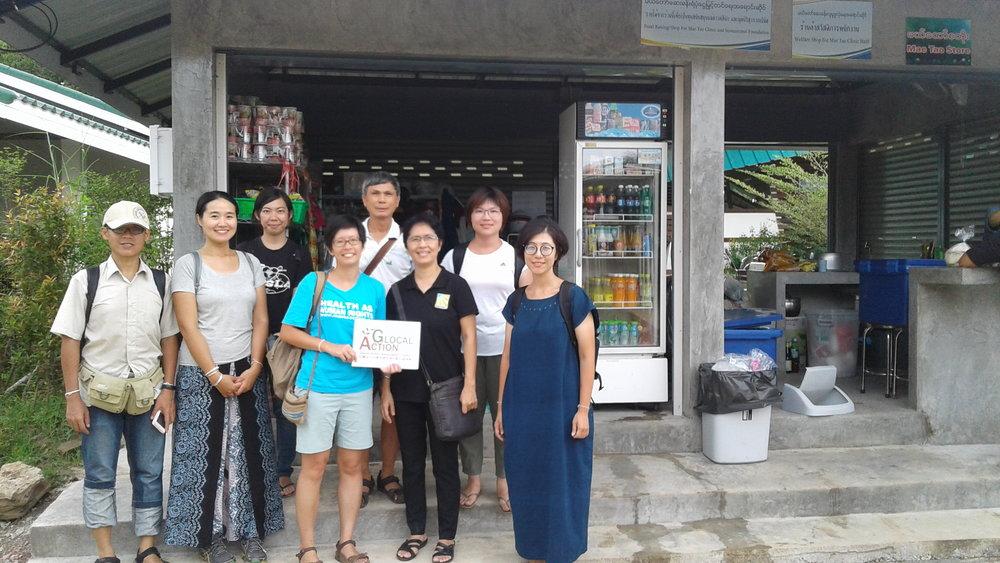 Glocal Action 企畫經理王詩菱以及公益參訪夥伴們,在梅道診所與 8 月同行訪台的 Suwannimit 基金會 Pattinee 執行長重逢。