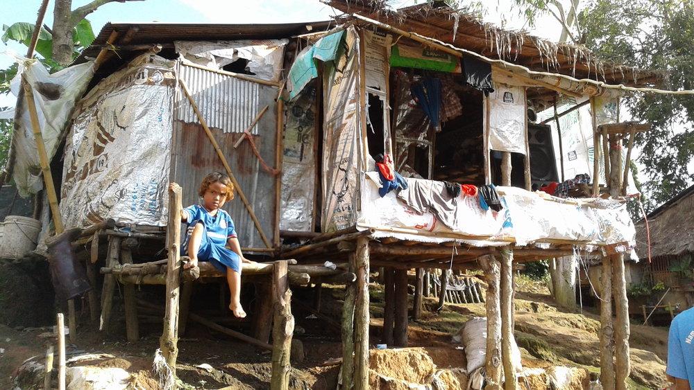 用簡陋材料搭建的小屋,就是他們在邊境的居所;大人下田工作時,家中孩子往往無人照拂。(攝影╱王詩菱)