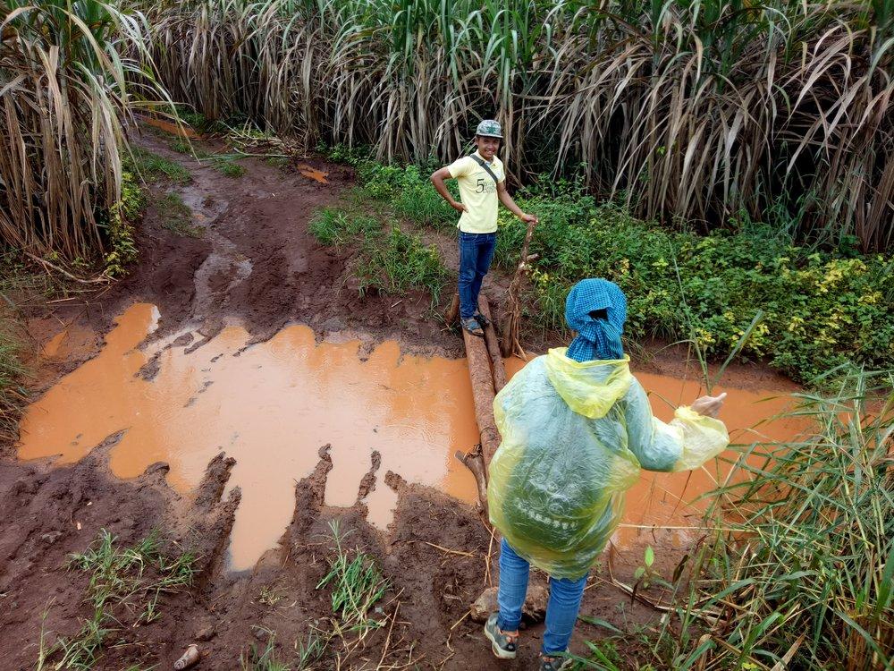 滿地泥濘的路,是邊境的日常。(攝影╱吳佩璇)