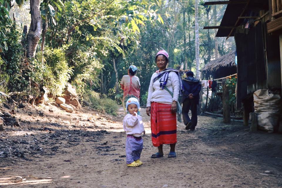 Mae Wei 部落可愛的克倫族孩子與奶奶。(攝影/Lilyian Peng)