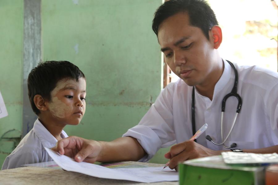 阿卡賢醫師與寺院學校孩童。(攝影╱陳阿凱)
