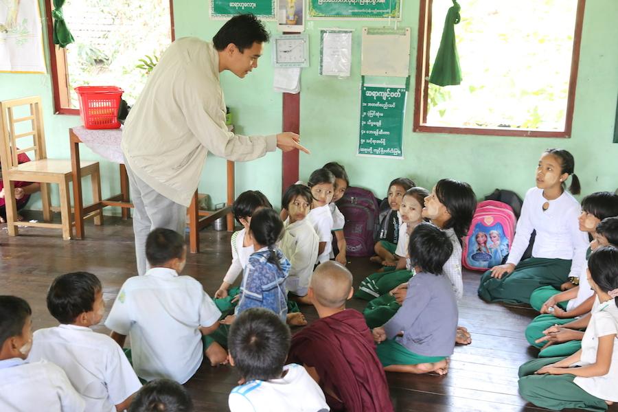 愛之蔭團隊在寺院學校的衛教活動。(攝影╱陳阿凱)