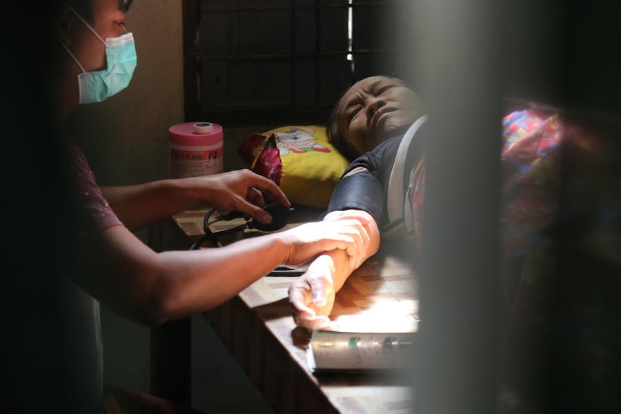 愛之蔭團隊醫師進行週末義診。(攝影╱陳阿凱)