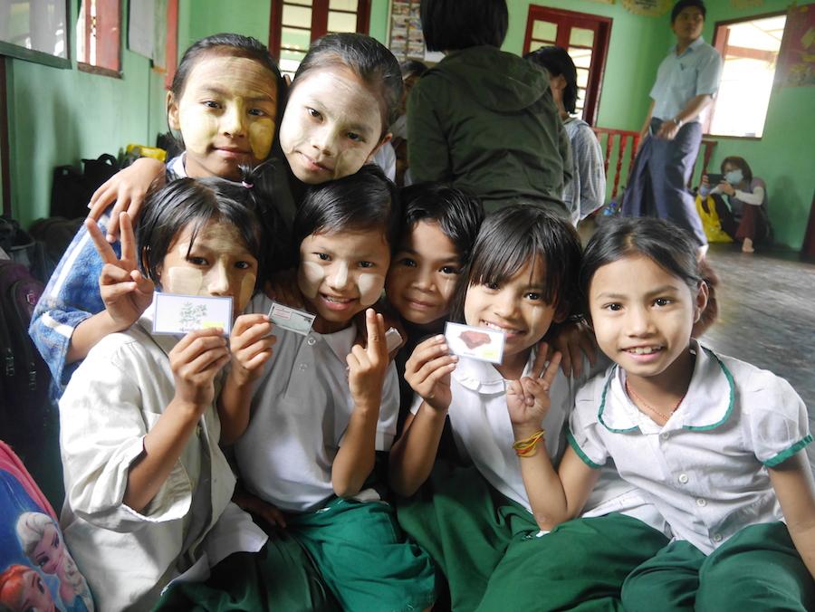 衛教活動中,孩子們用玩具鈔選購有益身體的食材,學習均衡飲食。(攝影╱張錦如)