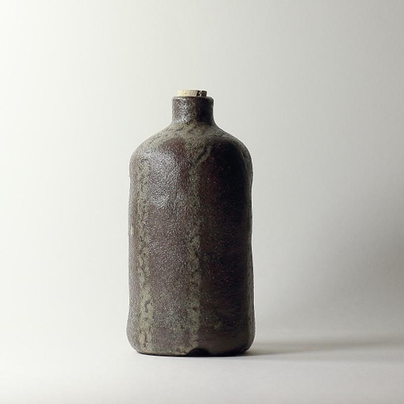 Bouteille #9,émaux de cendres grès noir | ø 8.5 cm x h 16.5 cm pièce signée