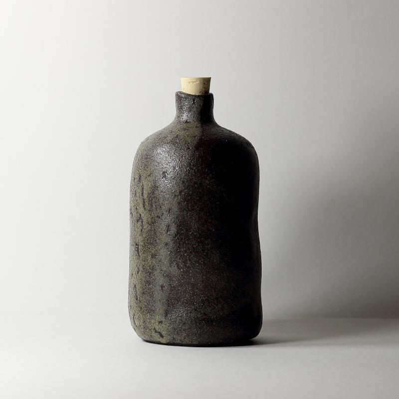 Bouteille #10, émaux de cendres grès noir | ø 9cm x h 16cm pièce signée