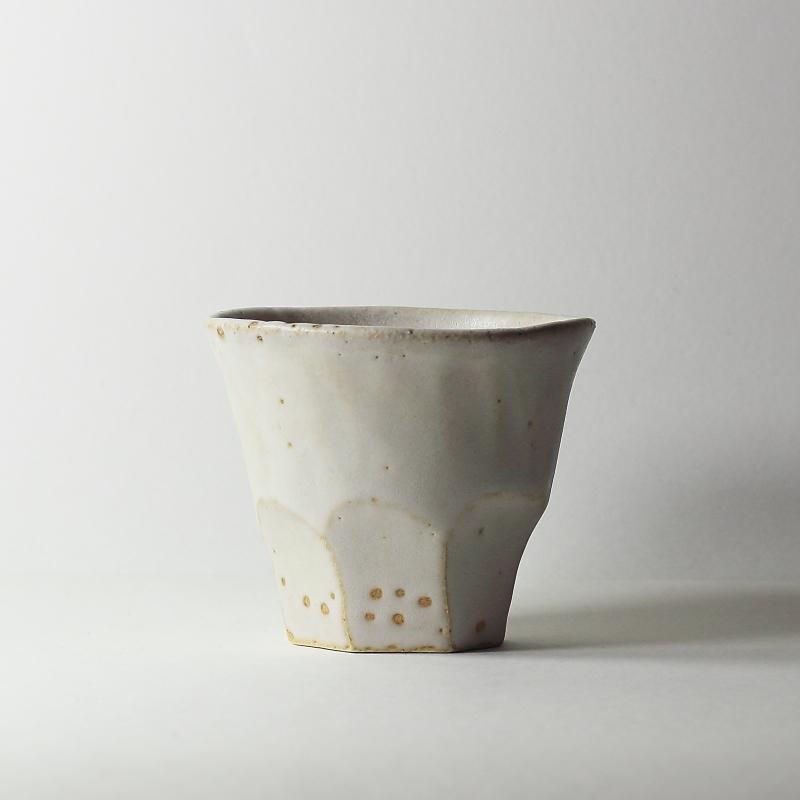 Tasse facettes crème #45, émaux de grès grès blanc | ø 9.5cm x h 8cm pièce signée