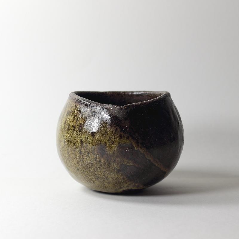 Bol katakuchi boule #12, émaux de cendres grès noir | ø 10.5cm x h 7.5cm piéce signée 50€