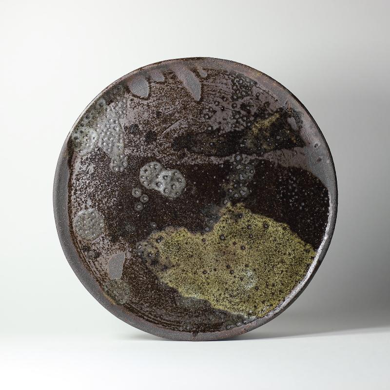 Origine, plat grès noir #1, émaux de grès et de cendres ø 22cm x h 1cm pièce signée
