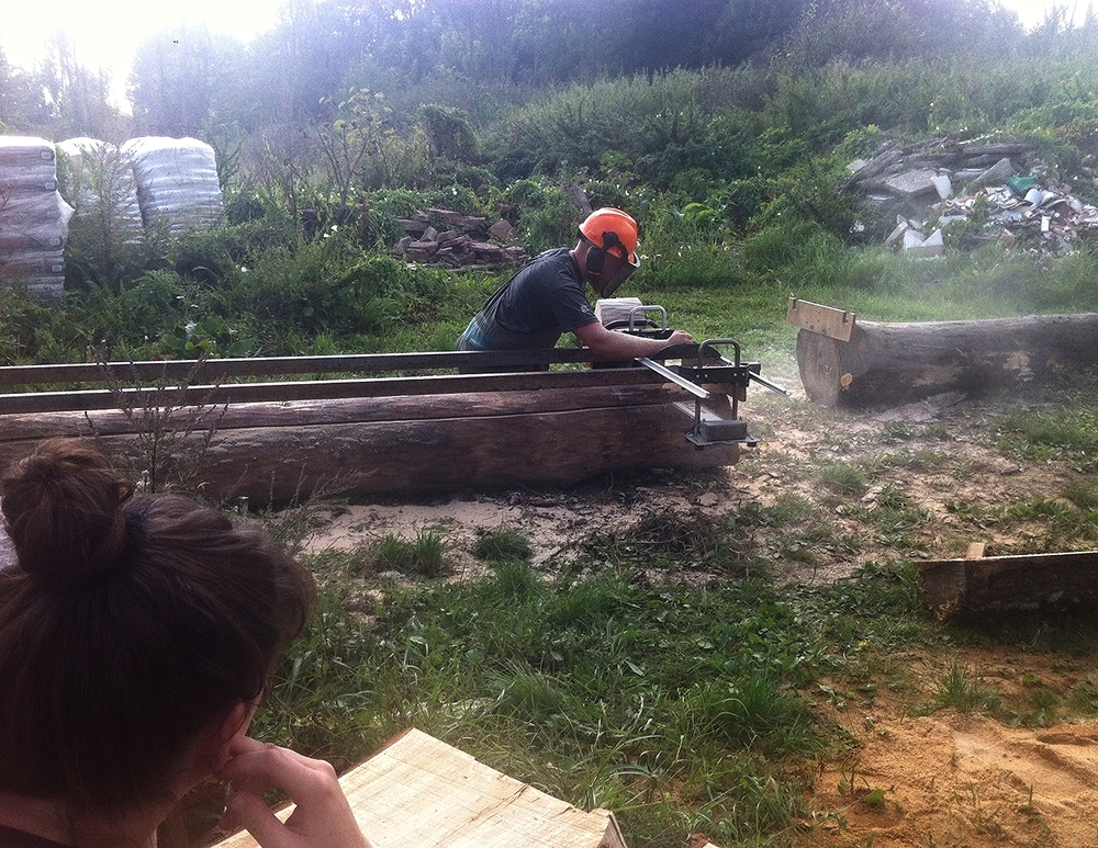 Jon, hvem der har taget et projektår, hvor at han bygger et værkstedshus op fra bunden, giver her et bud på hvorledes planker kan laves.