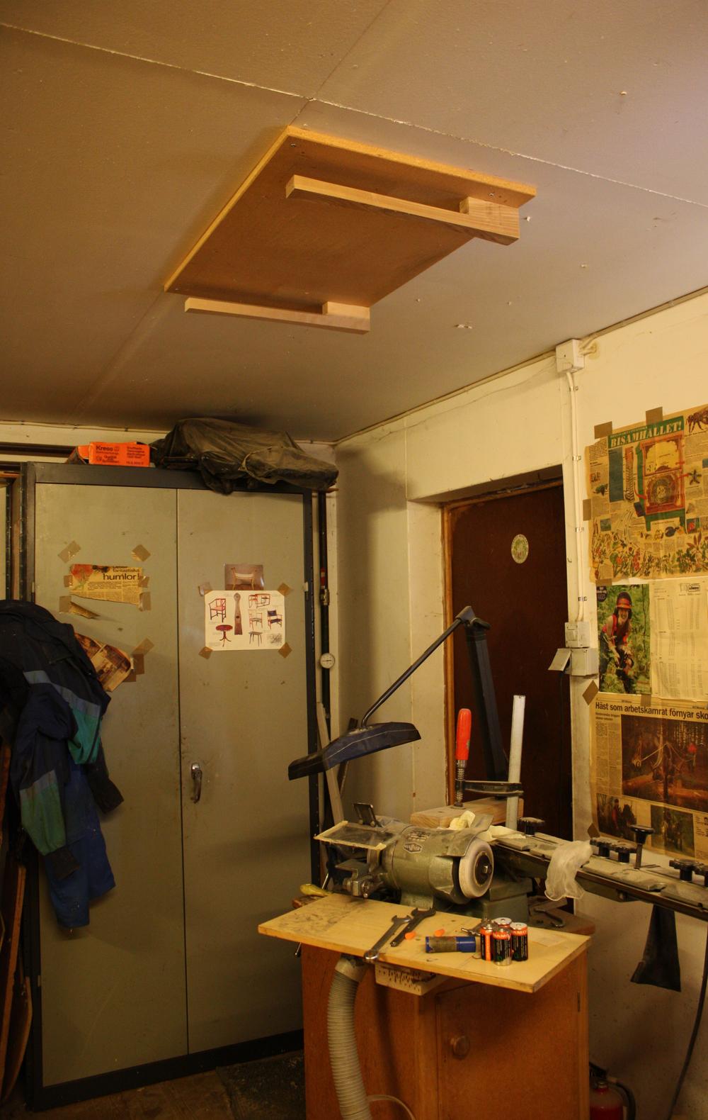 Tandingsstation, vinkelsliber med en holder i loftet til klingen...