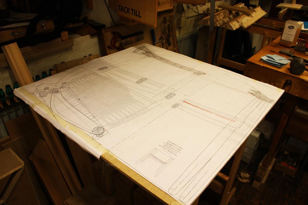 Tegninger af den runde stol, hvor jeg blev nødt til at redigere en del, for at ramme de linjer og dimensioner jeg fandt korrekte...