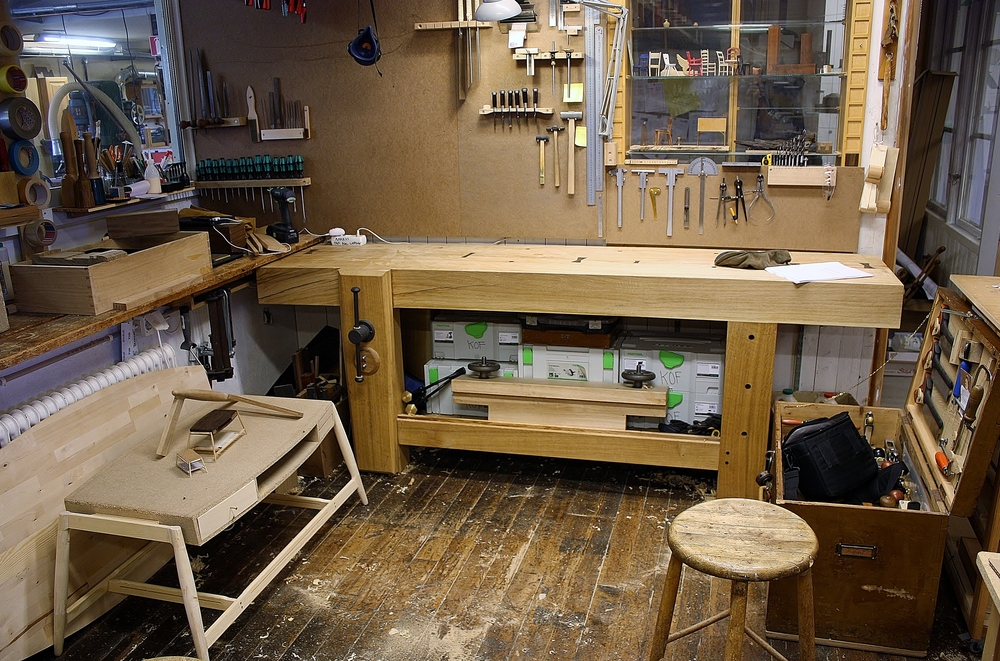Mere eller mindre på plads, omringet af de rette sager, værktøj og træ.