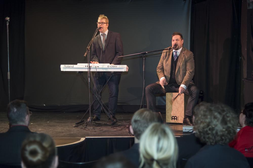 Resonaarilaiset Jaakko Lahtinen (vas.) ja Marlo Paumo esiintyivät tilaisuudessa.