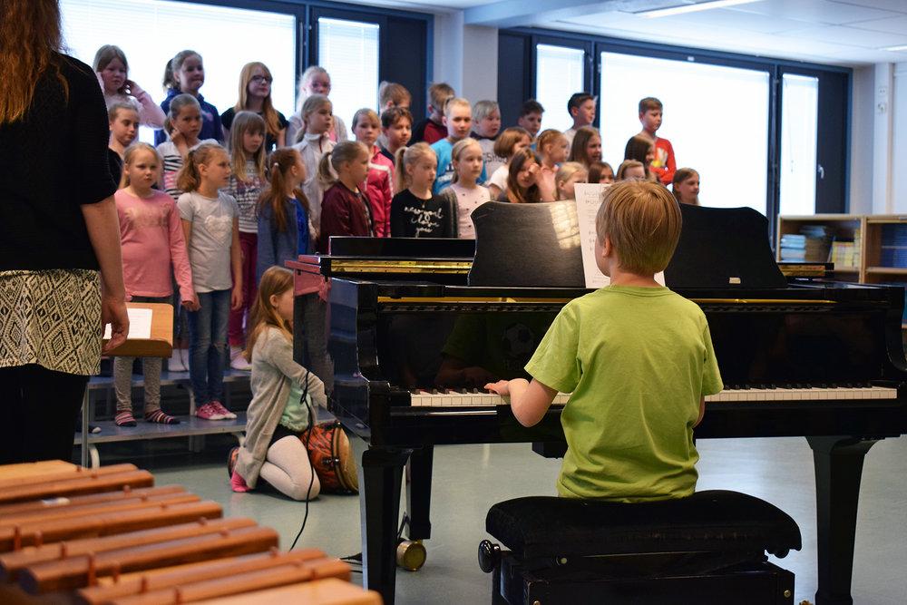 Kirkkoharjun koulun oppilaat harjoittelemassa yhteislauluja.