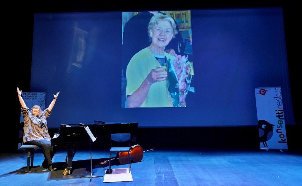 Etualalla palkinnonsaaja Soili Perkiö ja taustakuvassa itse Inkku (kuva: Pekka Elomaa).