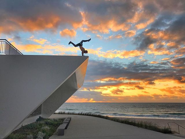 Feeling like a @pimovementninja at the edge of the Indian Ocean. Powered by the sun and positive vibes @sunwarriortribe. #sunwarriortribe #sunrise_sunsets_aroundworld #ninjawarrior #perthlife #handstandwhereistand #pimovementninja