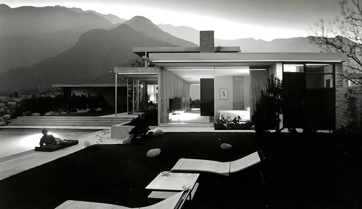 Julius Shulman's 1947 photograph of the Kaufmann House
