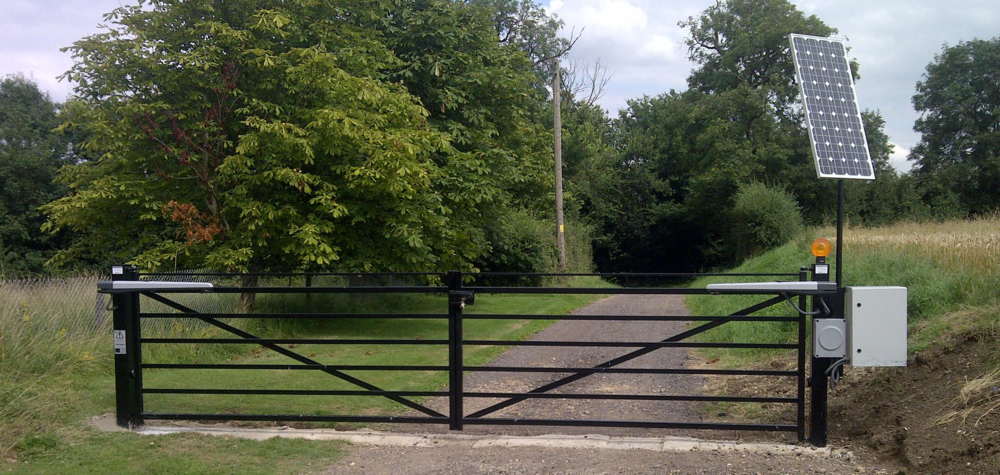 100W 24V system set on a farm drive near Huntingdon. This gate opens and closes on a timer and has radio remote operation and a keypad for access outside of hours.