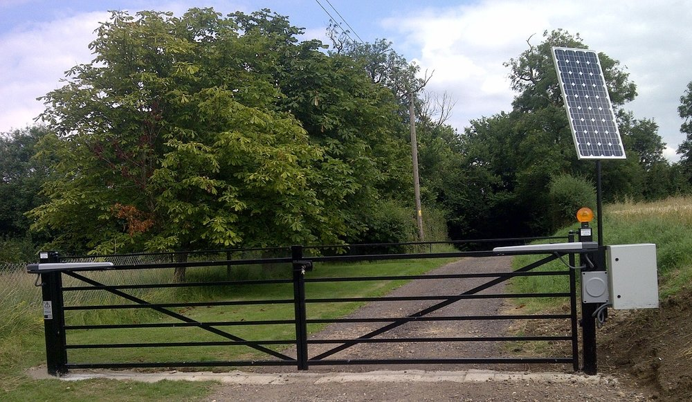 HINGING GATES WITH CROSSBAR