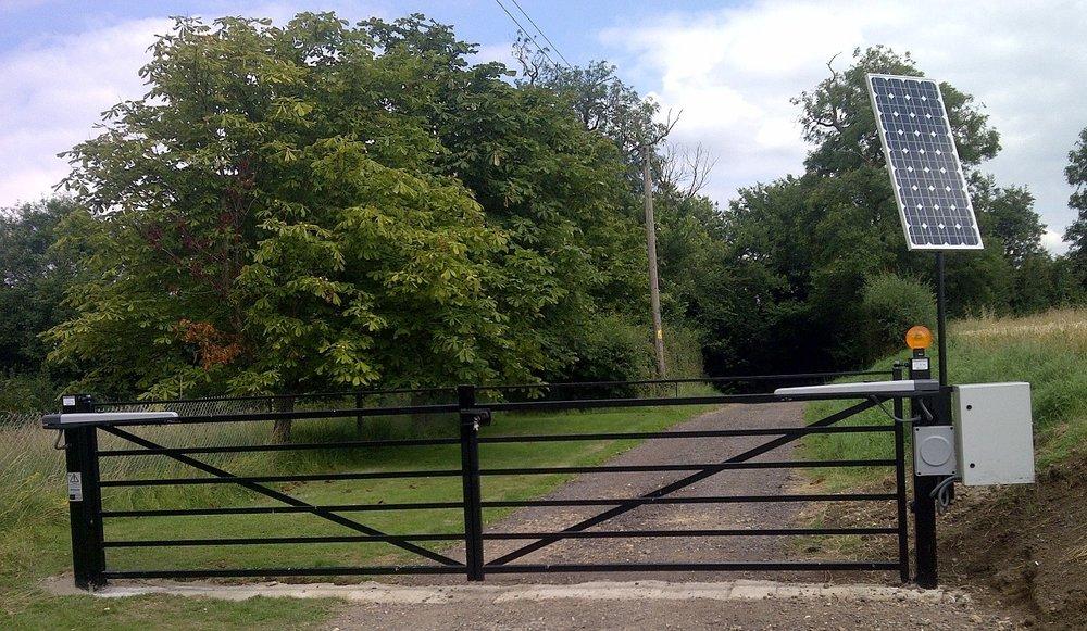 HINGING GATES WITH CROSSBAR